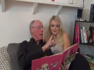 Chaud blonde baisée par vieux homme
