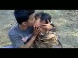 Intialainen couples suutelua outdoors