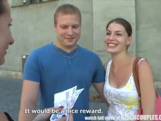 Молодий пара takes гроші для публічний вчотирьох