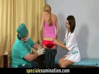 Gynecologist und krankenschwester prüfen süß blond teenager honig