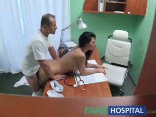 Fakehospital dokter fucks porno aktris lebih meja di privat clinic