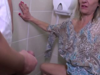 Haciendo pis y duro joder con madura madre: gratis hd porno e4
