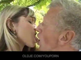 Молодий непристойна білявка спокушати an старий guy