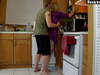 Мама lets син ліфт її і молоти її гаряча дупа до він cums в його шорти